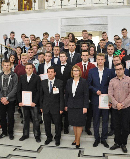 Wycieczka młodzieży z Zespołu Szkół Technicznych do Sejmu oraz Muzeum Powstania Warszawskiego. Krwiodawcy w Sejmie.